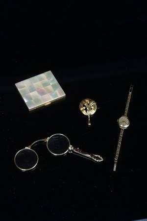 Parti föremål, bl. a. dräktsmycke 18K, ca 5,5 gram, 4 delar