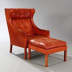 Børge Mogensen Øreklapstol med tilhørende skammel. Betrukket med patineret cognacfarvet skind. Udført hos Fredericia Stolefabrik. 2