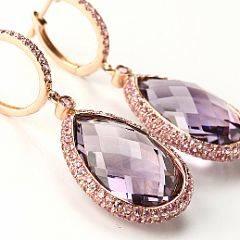 Et par ametyst-og diamantørestikker af 14 kt. pink guld hver prydet med brioletteslebet ametyst og facetslebne pink safirer. L. ca. 4,0 cm. Ca. 2012.