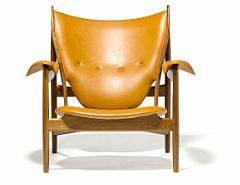 Finn Juhl Høvdingestol. Lænestol af mahogni. Sæde, armlæn samt dybthæftet ryg betrukket med cognacfarvet skind.