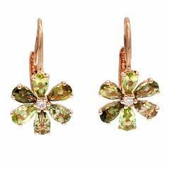 Et par peridotørestikker af 14 kt. pink guld hver prydet med brillantslebet diamant omkranset af talrige facetslebne peridoter. L. ca. 1,5 cm. Ca. 2009. 2