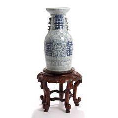 Kinesisk vase af porcelæn, dekoreret i blå med ornamentik samt tilhørende stand af hardwood. 19. årh. Vase H. 42. Stand H. 27,5. 2