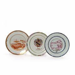 Tre ostindiske tallerkener dekorerede i farver og guld én i bianco sobra bianco med landskaber og våbenskjold. Kina, 18. årh. Diam. Ca. 23 cm. 3