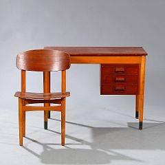 Børge Mogensen Fritstående skrivebord samt tilhørende stol af teak og bøg. Skrivebord opsat på runde ben med grønne sko. 2