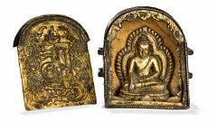 Lille tibetansk Gau af delvist forgyldt bronze, aftagelig låge med buddhistisk symbol og ornamnetik. 18. årh. H. 5 cm. Figur 4 cm.
