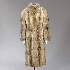f5361230 A. C. Bang: Lang ulvepels med hægtelukning, stiklommer og brunt silkefoer.  Købt hos Birger Christensen. L. 134 cm. Str. ca. 40-42.