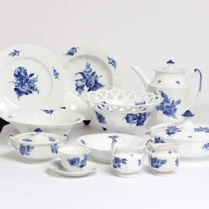 Blå Blomst Kantet. Middags- og kaffeservice af porcelæn, Kgl. P., dekoreret med blomster i underglasur blå. 117