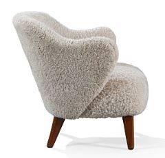 Jacob Kjær, Flemming Lassen Lænestol opsat på tilspidsende ben af mahogni. Sider, sæde samt ryg betrukket med lys brun lammeskind.