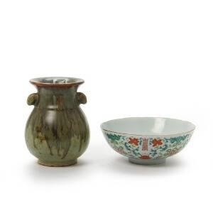 Kinesisk vase af porcelæn dekoreret i farver med longevity tegn og blomster, Guangxu 1874-1908 samt vase dekoreret med grønbrun flydeglasur. H. 715 cm. 2