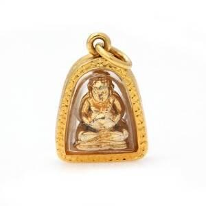 Vedhæng af 18 kt. guld med buddha figur antageligt af guld. L. ca. 2,7 cm.