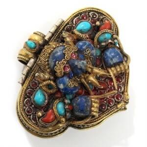 Tibetansk Gau vedhæng af delvis forgyldt sølv, rigt prydet med filigranarbejde, Kirtimukha og Buddha. 20. årh. H. 6. B. 7.