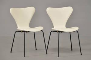 Arne Jacobsen 1902-1971. Par stole model 3107 betrukket med hvidt læder 2 Denne auktion er annulleret1999444