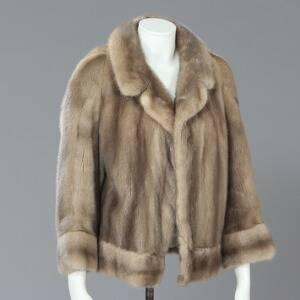 Kort jakke af grå mink med hægtelukning og lyst foer. Str. ca 42. L. 90 cm.