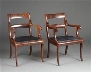 Et par armstole af mahogni på svajede ben, betræk af sorte hestehår. 2