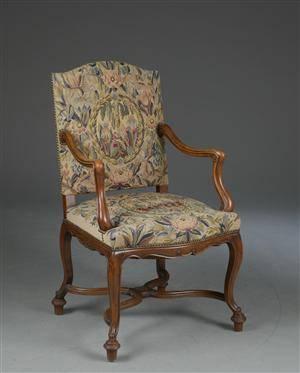 Armstol af nøddepoleret bøgetræ, sæde og ryg dekoreret med sømbeslået broderet betræk