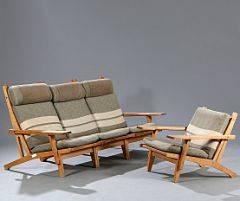Hans J. Wegner GE 375. Dagligstue møblement med stel af massiv eg, bestående af en højrygget tre-pers. additionssofa samt en lavrygget lænestol. 4