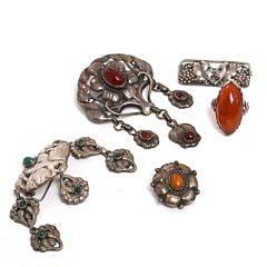 Fire skønvirkebrocher og -ring af sølv prydet med cabochonslebet rav, karneol og agat. Udført hos Bernhard Hertz m.fl. Ringstr. 58. 5