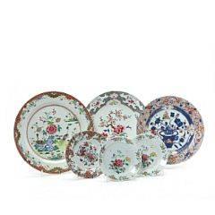 To famille rose fade og kinesisk Imari fad samt tre kinesiske tallerkener af porcelæn dekorerede i farve. Qianlong 1736-1795. Diam. 21-38 cm. 6