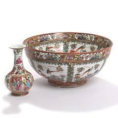 Kinesisk vase og bordskål af porcelæn, dekoreret i emaljefarver og guld. 19.-20. årh. Vase H. 21. 2