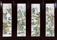 Fire kinesiske plaketter af porcelæn dekorerede i farver med arkitektur, figurer og poesi. 20. årh. Hver 73 x 21 cm. 4