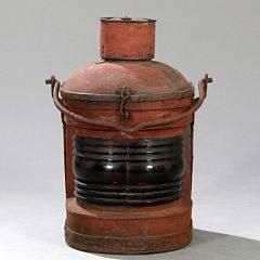 Indsejlingslanterne af bemalt metal og rødt glas, oprindelig til gas senere monteret til el. 20. årh.s første halvdel. Vægt ca. 27 kg. H. 67 cm.