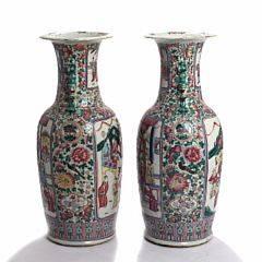 Et par kinesiske vaser af porcelæn, dekorerede i emaljefarver med figurscenerier i cartouche. 19.-20. årh. H. 59. 2