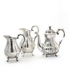 Kaffekande samt to mælkekander af sølv. Grann  Laglye og Hugo Grün  Co, København 1942, 1949 og 1962. Vægt 1654 gr. H. 18,5-23 cm. 3