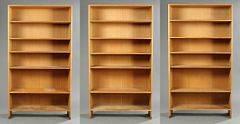 Hans J. Wegner Ry 8. Tre bogreoler af eg, hver med fem flytbare hylder. Udført hos Ry Møbler. Hver reol H. 180,5. B. 100. D. 33,5. 3