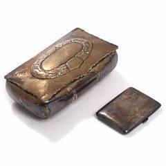 Skønvirke cigarskrin af sølv. Udført hos F. Kastor Hansen. Samt cigaretetui af sølv. Vægt i alt ca. 536 gr. Skrin H. 7. L. 19. B. 11. 2