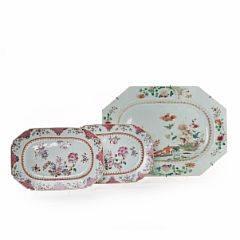 Større samt et par mindre famille rose fade af porcelæn. Qianlong 1736-1795. L. 26 og 38 cm. 3