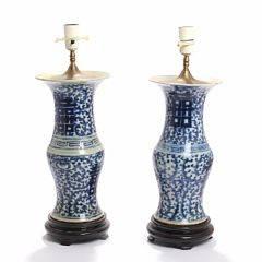 To kinesiske bordlamper af porcelæn, dekorerede i underglasur blå. 20. årh. H. 36,5 og 37,5. 2