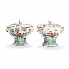Et par kinesisk lågopsatse af porcelæn, dekorerede i emaljefarver med figurscenerier i have, flagermus og blomster. 20. årh. H. 15,5. Diam. 16. 2