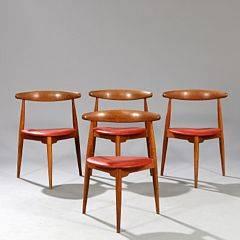 Hans J. Wegner Hjertestol. Et sæt på fire stole af eg, opsat på tre tilspidsende ben. Sæde betrukket med rødt skind. Model FH 4104. 4