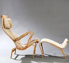 Bruno Mathsson Pernilla 2. Lænestol og skammel med stel af birk og bøg. Sæde, ryg og nakkehynde betrukket med lys kanvas. 2