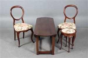 To salon stole, skammel samt aflangt sofabord m klapper. 4
