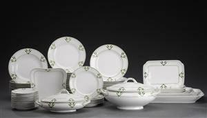 Tysk servise af porcelæn dekoreret i grønt med Jugend ornamentik, bestående af ialt 59 dele.