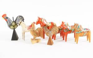 Träskurna hästar och tuppar 8 delar