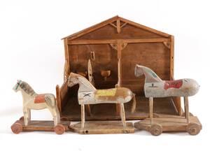 Träskurna hästar 3st med stall, 181900-tal