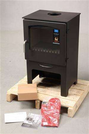 Jydepejsen brændeovn model Contry 765 sort. Demomodel.