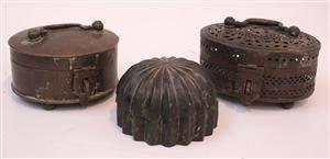 Skrin, 2 st samt ask med lock, mässing samt vitmetall, 1800-tal 3