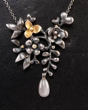 Ole Lynggaard Blomsterranke halskæde af guld 18 kt. og oxyderet sterlingsølv