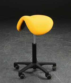 Calypso 1, sadelstol, betrukket med gul-orange kunstlæder