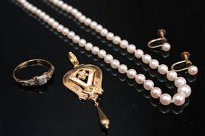 Samling smycken, 4 delar, pärlor samt 18K guld, vikt ca 3 gr  4