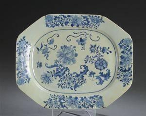 Ottekantet fad af kinesisk porcelæn dekoreret i blåt, Chien Lung 1736-1795