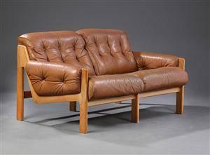 Ubekendt møbelarkitekt. Fritstående to-pers sofa, læder, ca. 1970