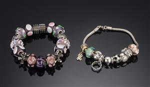 To armbånd med charms Pandora og Charlotte Borgen 2
