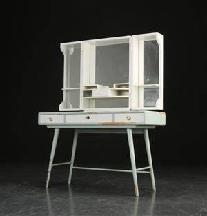 Sminkebord af bemalet træ, skandinavisk møbeldesign 1950erne 2