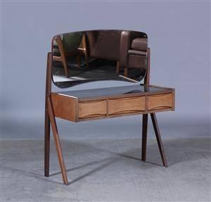 Dansk møbelproducent. Sminkebord af teaktræ