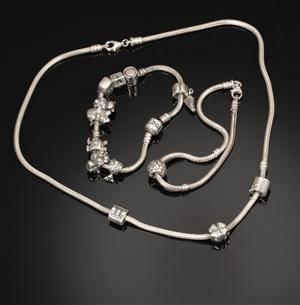 Pandora halsmykke og to armbånd med charms 3