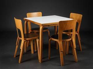 Alvar Aalto. Kvadratisk bord samt fire stole, model 66 5